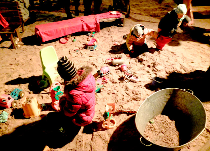 Barnen bygger sandslott istället för snöbubbar ...