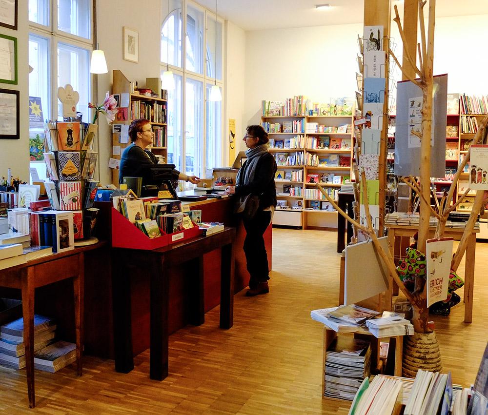 Buchsegler ligger på Florastraße i stadsdelen Pankow, nordöst om Mitte.